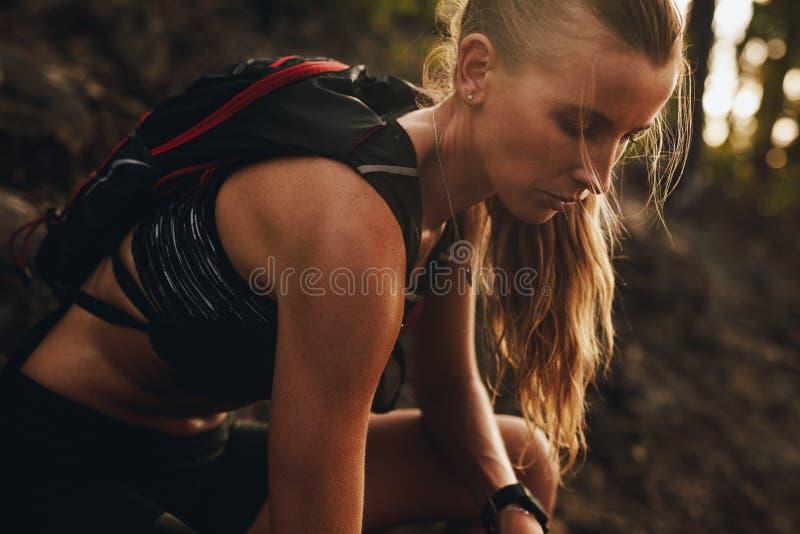 Sportive se reposant après une course de traînée photos stock