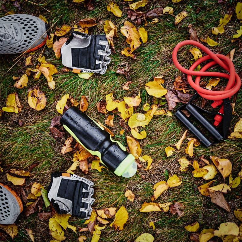 Sportive utrustning på gräs royaltyfri fotografi