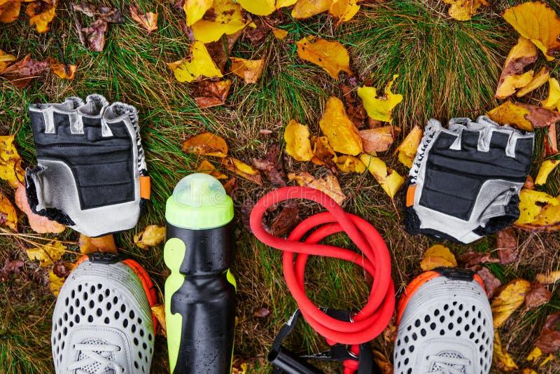 Sportive utrustning på gräs royaltyfri bild