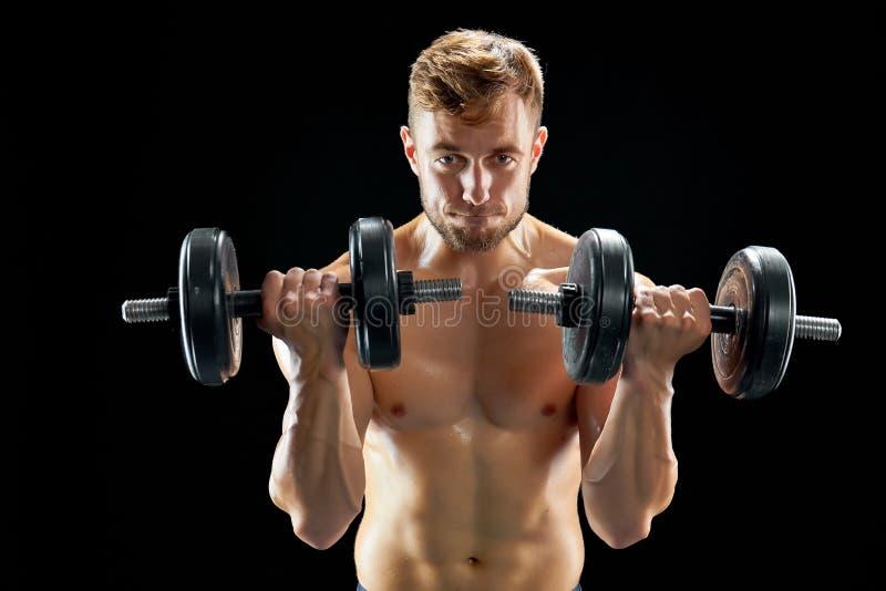 Sportiver Mann, der Bizepslocken tut lizenzfreie stockbilder