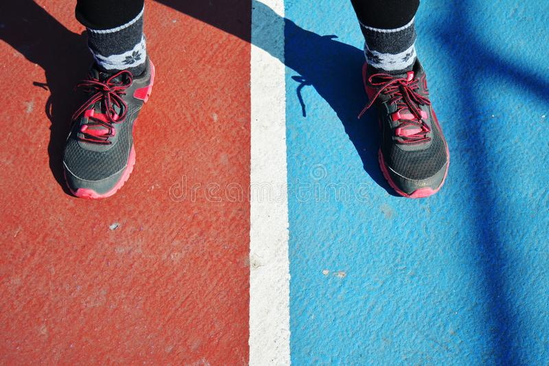 Sportives Mädchen im Boden stockfotografie