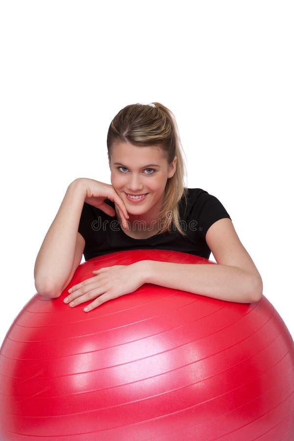 Sportives Mädchen mit roter gymnastischer Kugel stockfoto