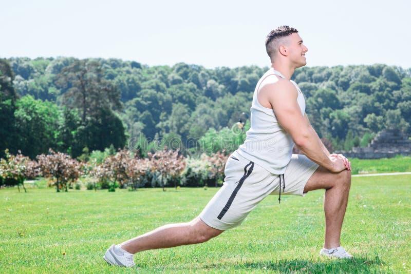 Sportivo bello che fa gli esercizi all'aperto fotografie stock