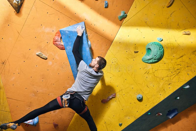 Sportivo motivato con l'inabilità fisica che si sporge alla grande tenuta immagine stock libera da diritti