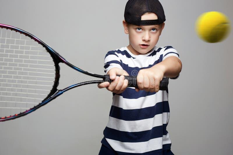 Sportjong geitje Kind met tennisracket en bal stock afbeeldingen