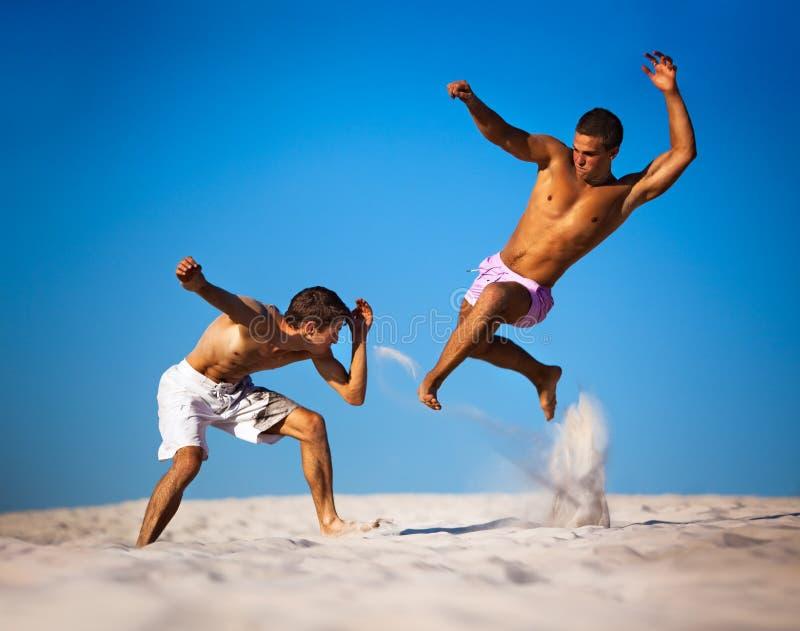 Sportkämpfen mit zwei jungen Männern stockfotos