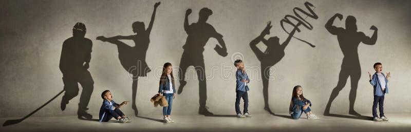 Sportkampioenen, dromen over toekomst in kinderjaren stock afbeeldingen