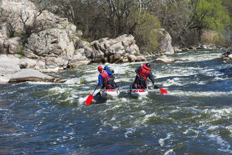 Sportkatamaran på den snabba floden arkivbild