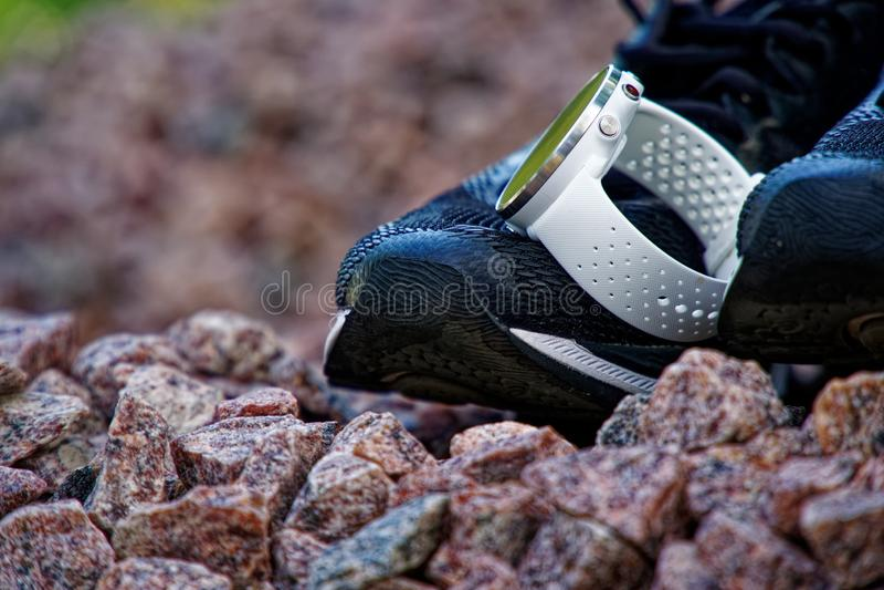 Sportklocka för crossfit och triathlon på de rinnande skorna Smart klocka för spårande daglig aktivitets- och styrkautbildning arkivbilder