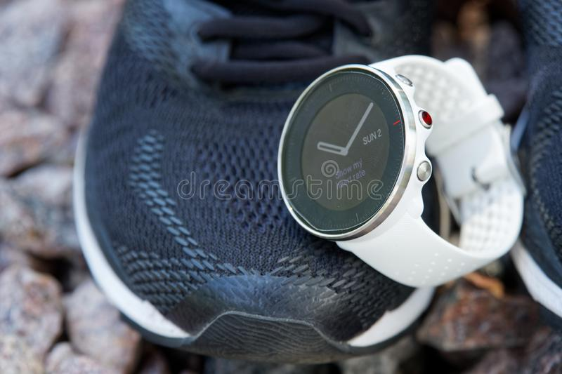 Sportklocka för crossfit och triathlon på de rinnande skorna Smart klocka för spårande daglig aktivitets- och styrkautbildning royaltyfri fotografi