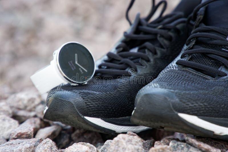 Sportklocka för crossfit och triathlon på de rinnande skorna Smart klocka för spårande daglig aktivitets- och styrkautbildning royaltyfria bilder