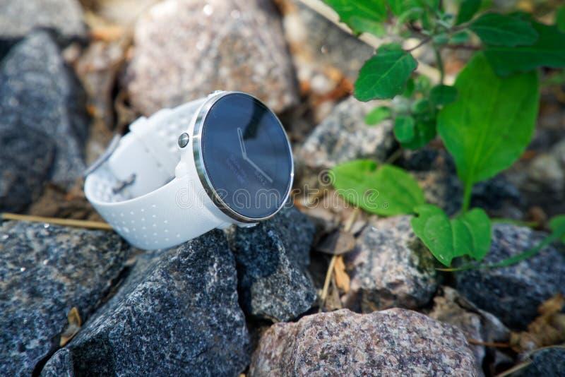 Sportklocka för triathlon på granitgruset Smart klocka för spårande daglig aktivitets- och styrkautbildning fotografering för bildbyråer