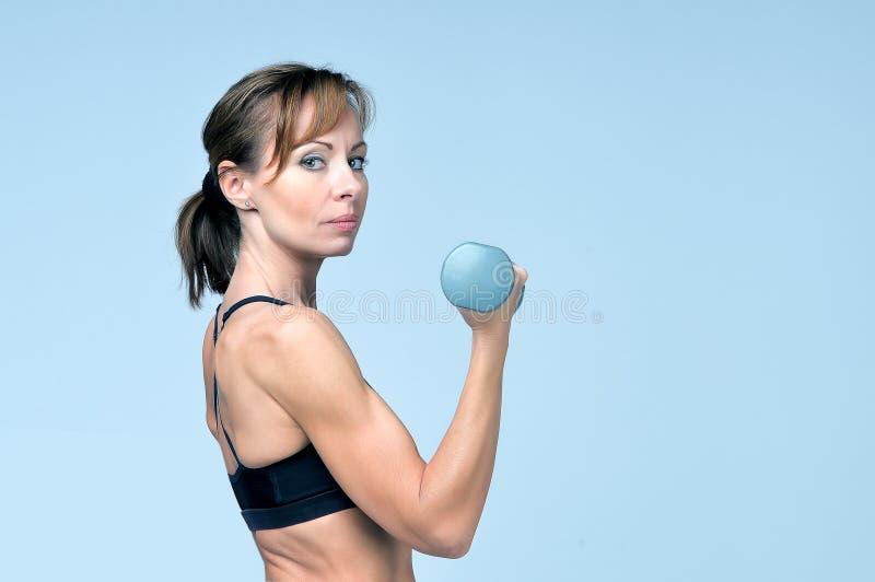 Download Sportkonditionkvinna Som Gör övning Med Hantlar Arkivfoto - Bild av hand, activatoren: 76701424