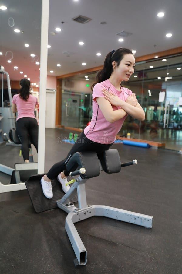 Sportkonditionkvinna som utbildar push-UPS Utarbeta för idrottshallkvinna arkivbild
