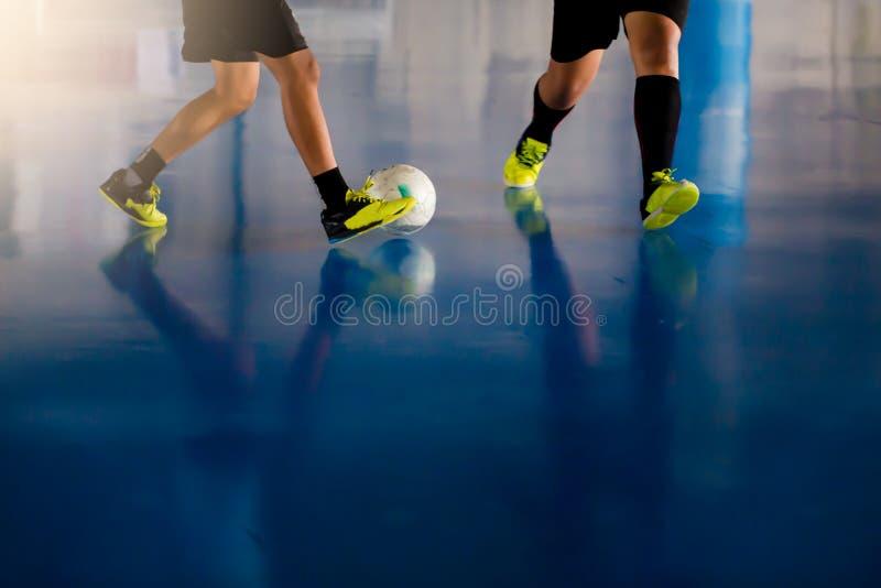 Sportkorridor för inomhus fotboll Futsal spelare för fotboll, boll som är futsal arkivfoto