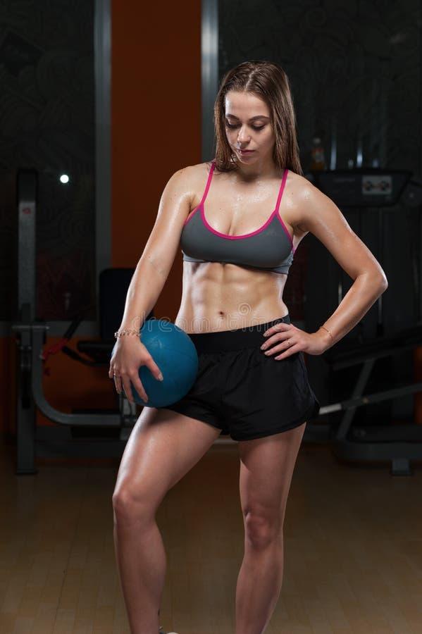Sportkvinna i idrottshallen royaltyfri foto