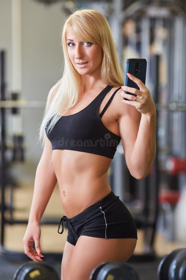 Sportkvinna i idrottshallen royaltyfria bilder