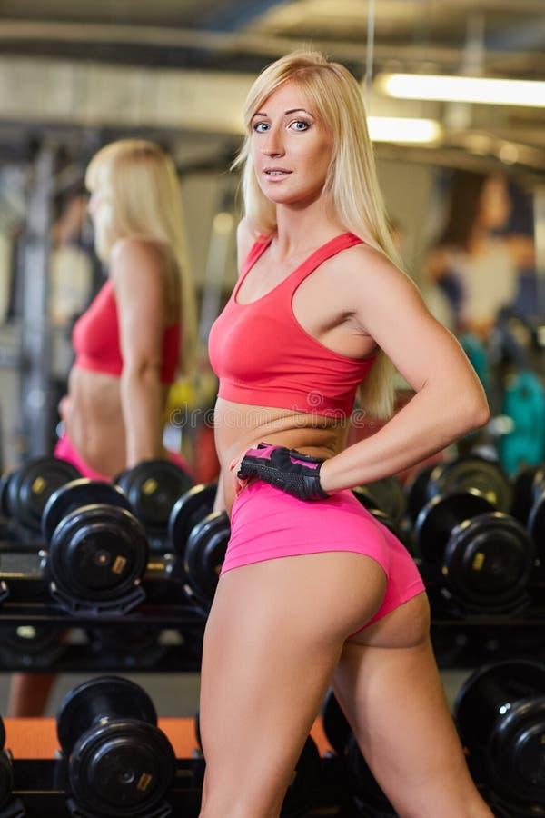 Sportkvinna i idrottshallen fotografering för bildbyråer