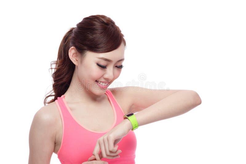 Sportkvinna som bär den smarta klockan fotografering för bildbyråer