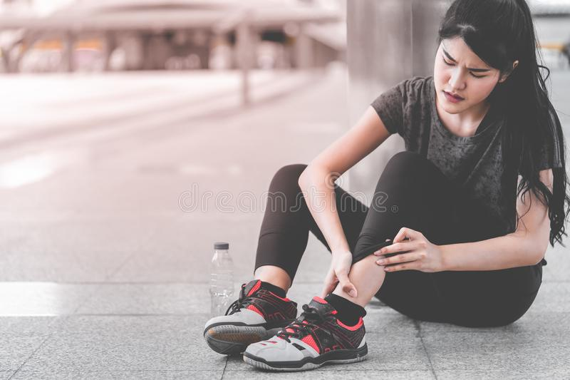 Sportkvinna som har en skada på hennes ankelfot fotografering för bildbyråer
