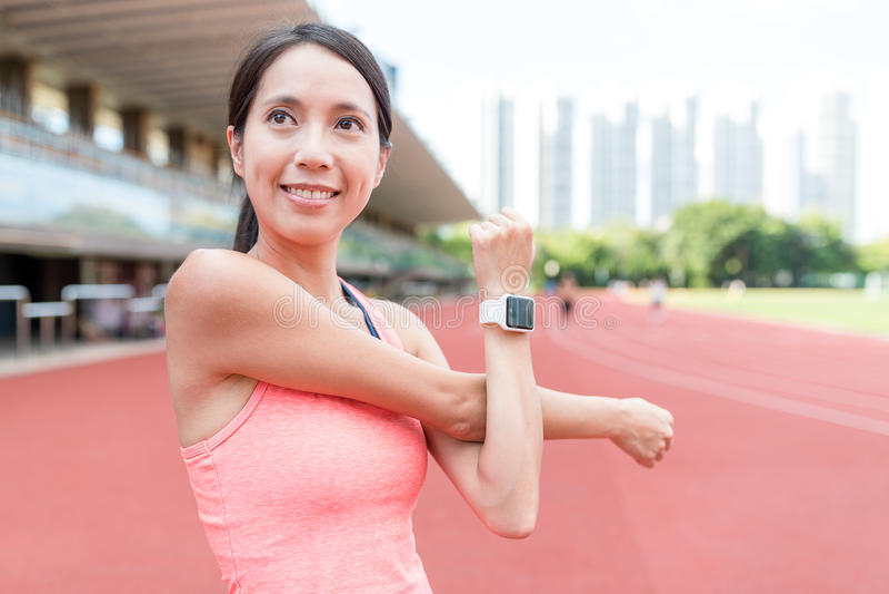 Sportkvinna som skissar armen i sportarena arkivfoton