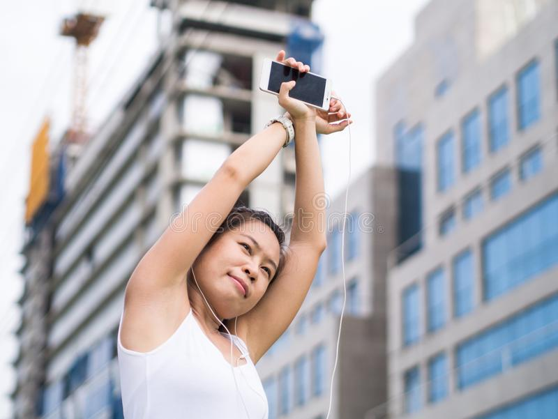 Sportkvinna som sträcker att köra i stads- byggnad för stad arkivfoton