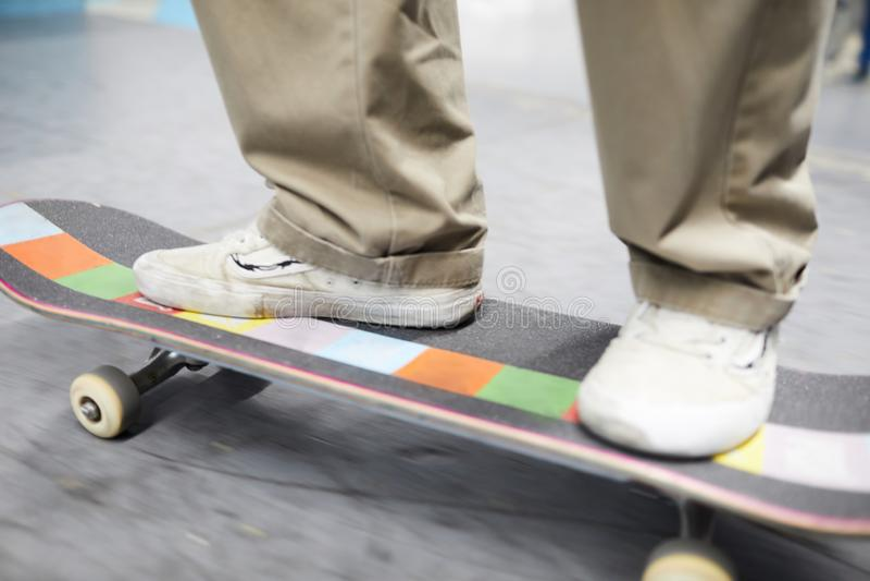 Sportler auf Skateboard lizenzfreie stockfotografie