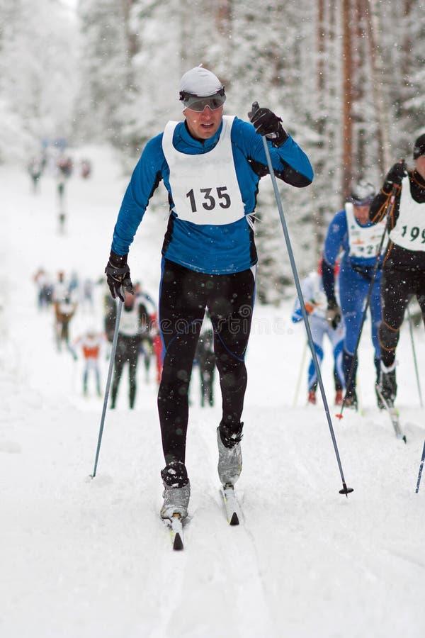 Sportler im klassischen Artcross country-Skifahrenrennen stockbild
