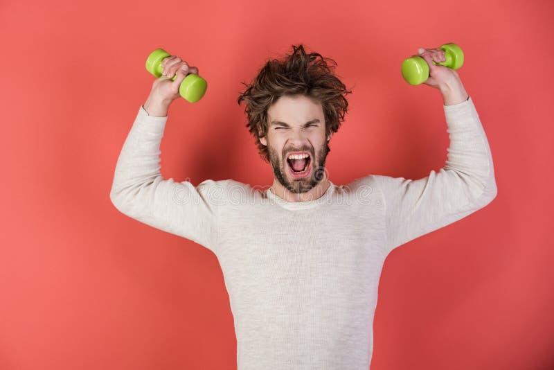 Sportler, schreiender Mann auf rotem Hintergrund lizenzfreies stockbild