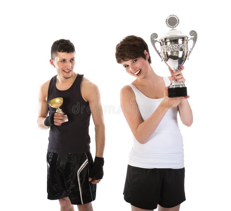Sportler und Frau haben eine Trophäe gewonnen stockbild