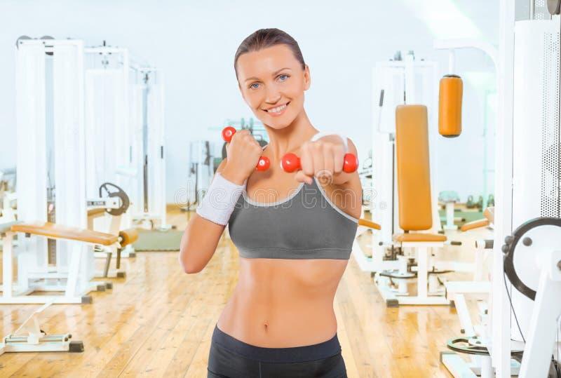 Sportlerin mit roten Gewichten lizenzfreies stockbild