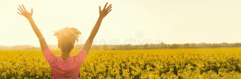 Sportlerinläuferjugendlicher celebratimg des Mischrasse-Afroamerikanermädchens weibliches junges bei goldenem Sonnenuntergang stockfoto