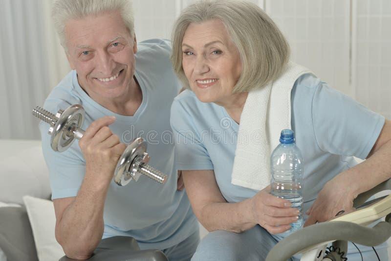 Sportliche ältere Paare stockbilder