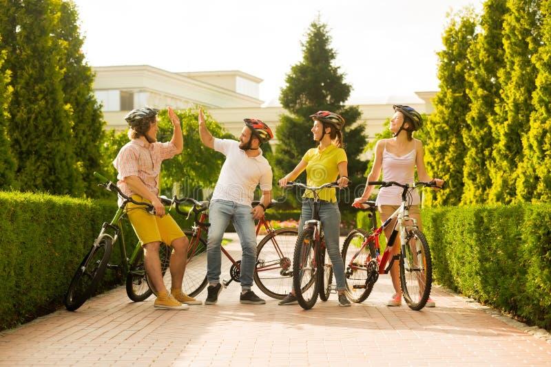 Sportliche Firma von Freunden mit Fahrrädern draußen lizenzfreie stockfotografie