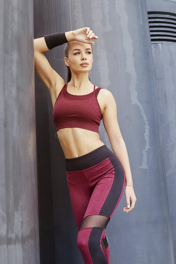 Schöner Sportlicher Frauenkörper Stockbild - Bild von