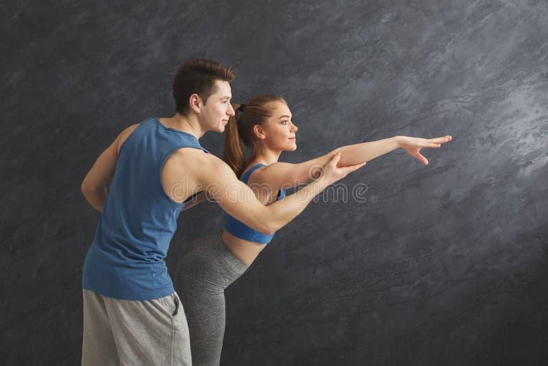 Sportliche Frau, die mit ihrem persönlichen Trainer trainiert stockfoto