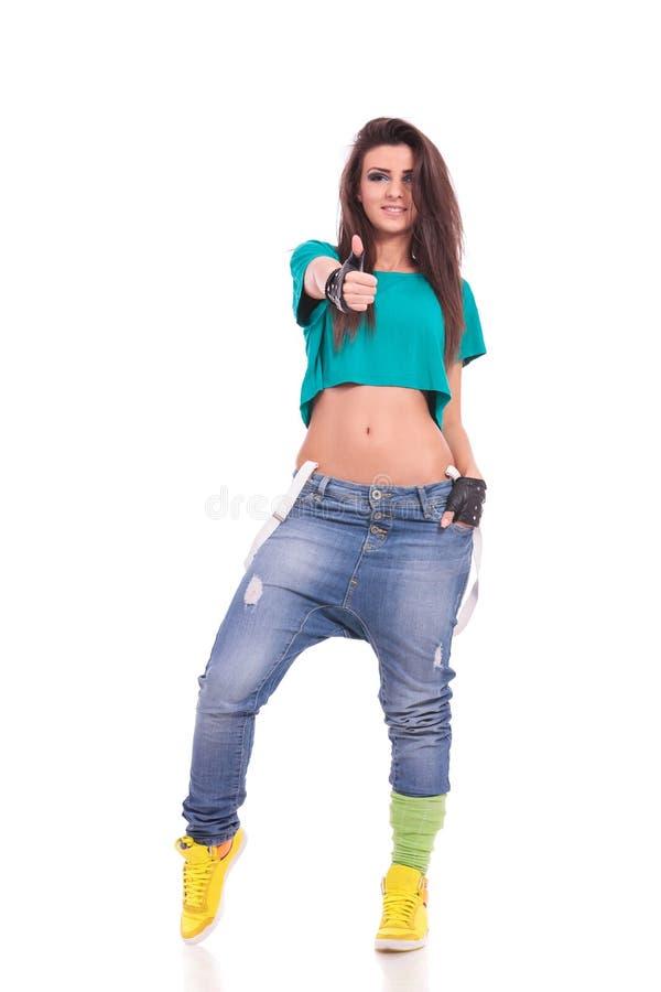 Sportliche Frau, die sich Daumen zeigt lizenzfreies stockbild