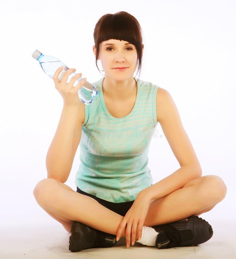 Sportliche Frau mit Mineralwasser stockfoto