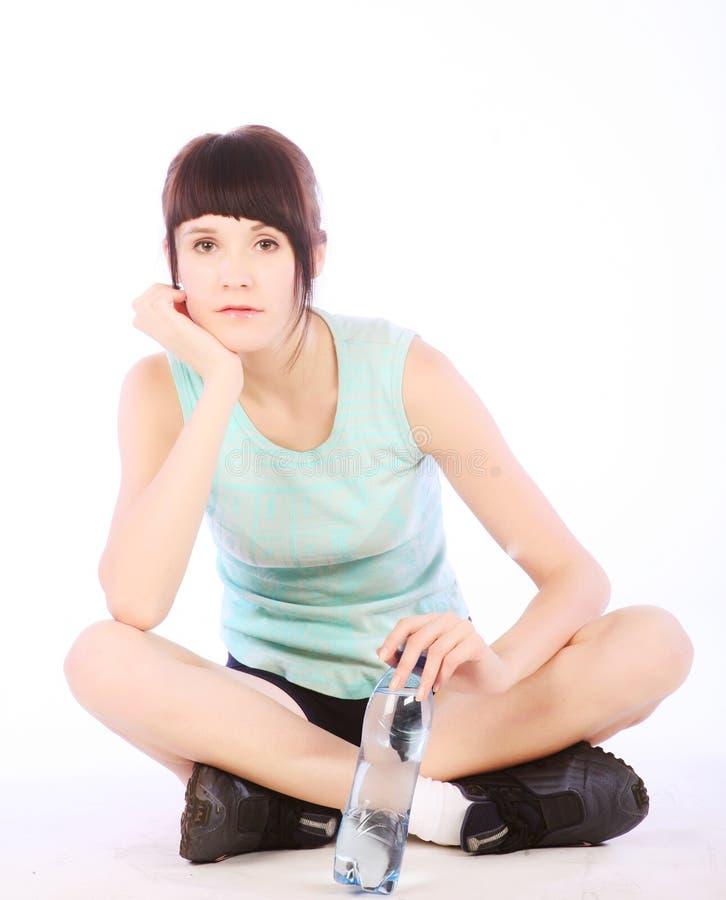 Sportliche Frau mit Mineralwasser lizenzfreie stockfotos