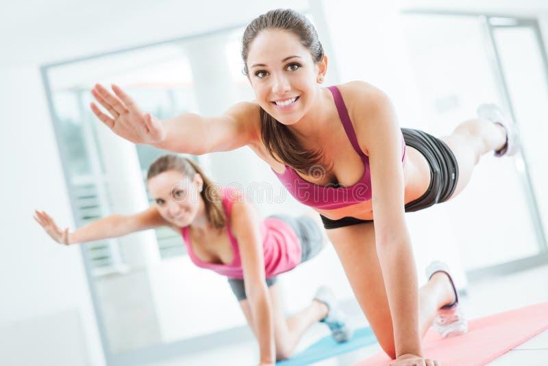 Sportliche Frauen, die pilates Training tun stockbild