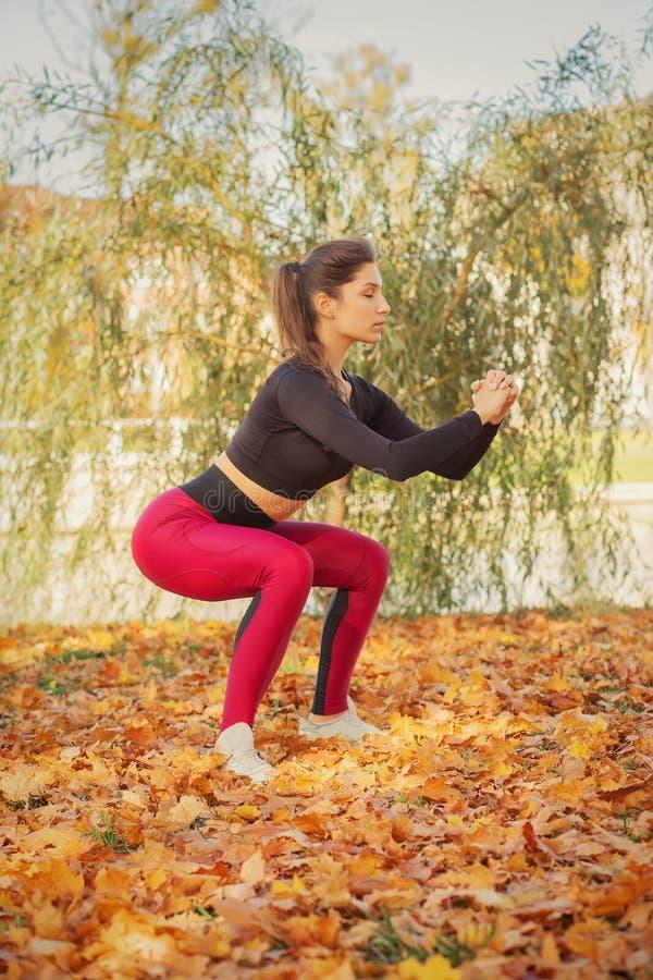 Sportliche Frauenhocke stockbilder