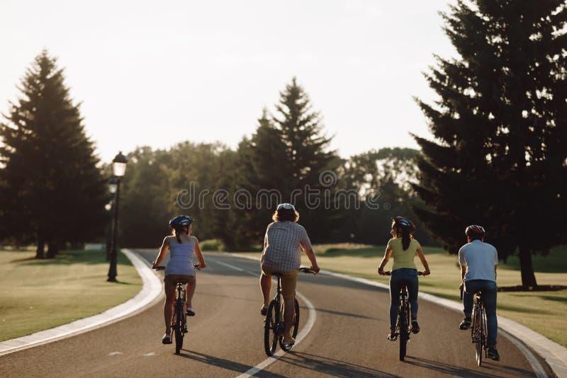 Sportliche Freunde, die die Straße auslaufen lizenzfreie stockfotografie