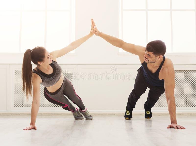 Sportliche Paare, die Hoch fünf geben, beim Handeln hochdrücken Sie stockfoto