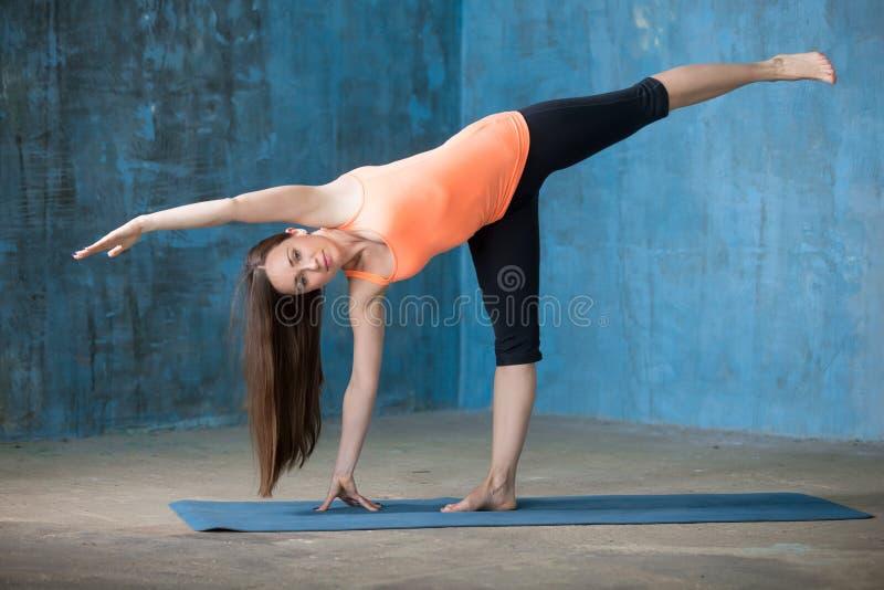 Sportliche schöne junge Frau, die Halbmond-Haltung tut lizenzfreies stockbild
