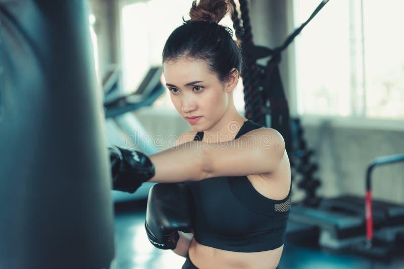 Sportlicher Boxer ist die Übung, die in der Eignungs-Turnhalle locht , Übt Porträt der Verpackenfrau Beinarbeit in der Sportkleid lizenzfreie stockbilder