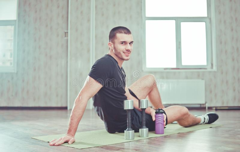 Sportlicher Mann, der an der Kamera l?chelt stockfoto