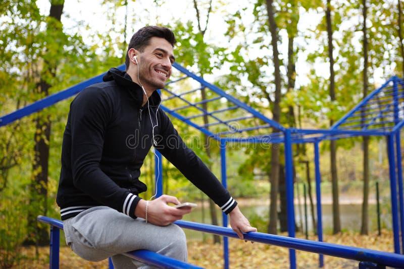 Sportlicher Mann, der Pause während des Trainings macht lizenzfreie stockfotografie