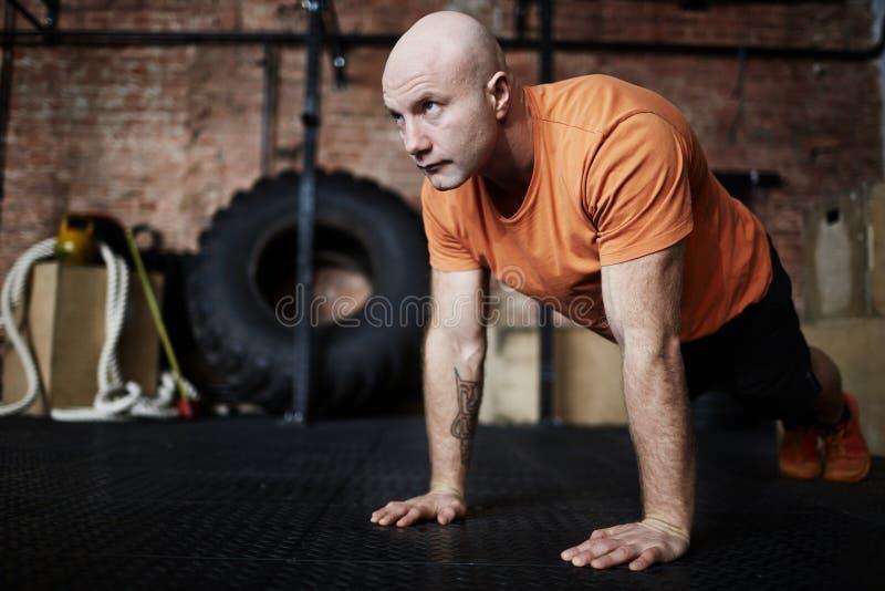 Sportlicher Mann eingewickelt oben im Training stockfotografie