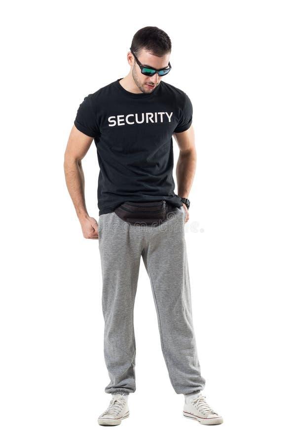 Sportlicher Mann mit Sonnenbrille und hinterem unten schauen der Fannysatztaille stockbild