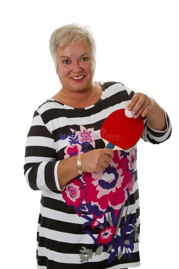 Sportlicher weiblicher Senior mit Klingeln pong Paddel lizenzfreies stockbild